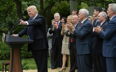 Trump da el primer golpe para derogar Obamacare