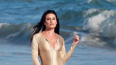 Lea Michele  luce su espectacular figura en la playa