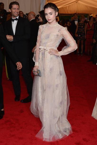 Lily Collins con un look de antaño en su Valentino Couture.   Mira aquí...