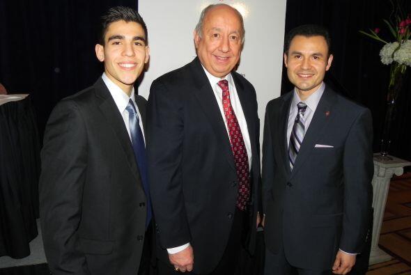Juan Andrade con el reportero y presentador de Noticias Univision Chicag...