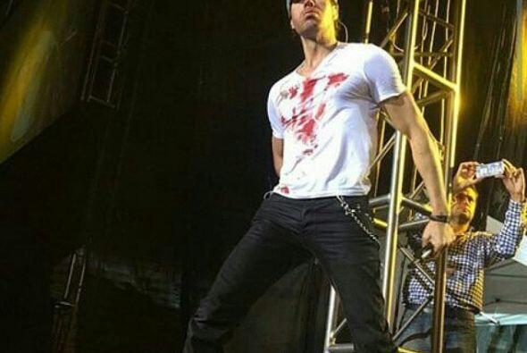 Las manchas de sangre eran muy visibles en su camisa blanca. ¡Los fans e...