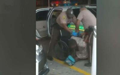 Controversia por la forma en que policías de Miami-Dade arrestan a una m...