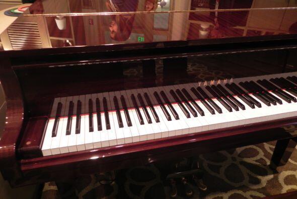 No solo hay un bellísimo piano de cola en el salón de música, sino tambi...