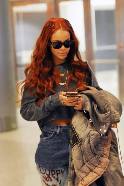 Rihanna es una de las celebridades que tiñó su cabello de rojo y no ha p...
