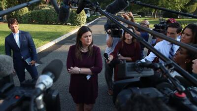 Sarah Sanders pide llamar al NYT para quejarse por el artículo anónimo, pero su plan sale al revés