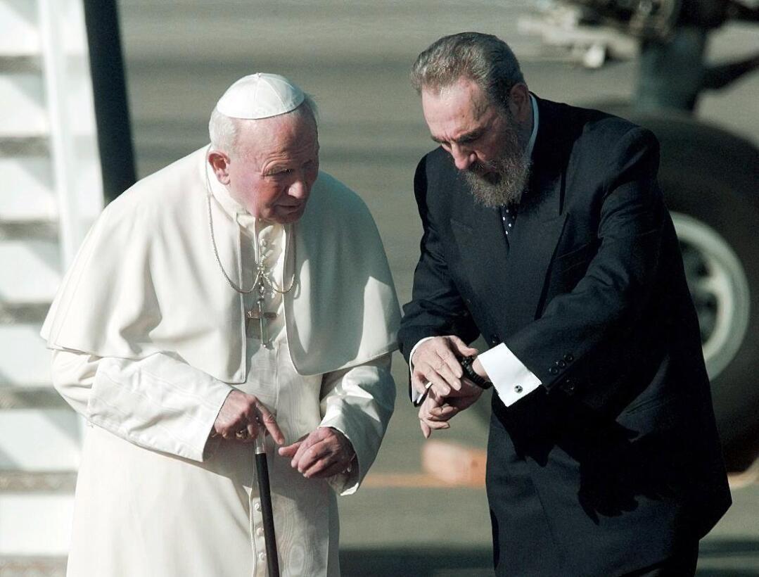 El mandatario cubano recibe al Papa Juan Pablo II en su llegada a La Hab...