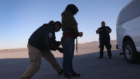 Autoridades migratorias arrestan a una inmigrante en Arizona.