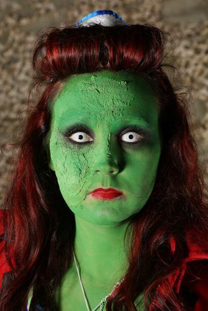 O qué tal esta zombie en completo estado de putrefacción.