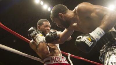 Lamont Peterson y Kendall Holt en su pelea en febrero.