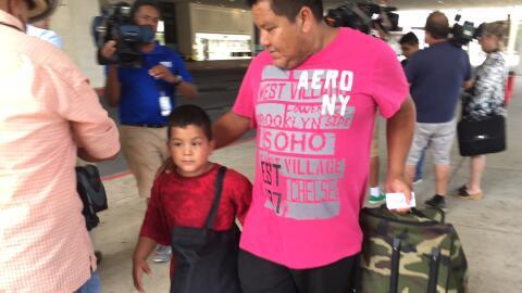 José Banda llega al centro de convenciones con su hijo 7 a&ntilde...