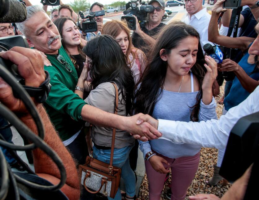 Familiares, activistas y reporteros esperaron a Rómulo Avélica afuera de...