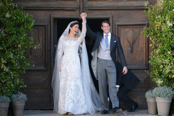 El nuevo matrimonio real levantó sus brazos con sus manos entrelazadas e...