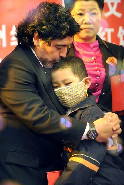 Diego Maradona se presentó en un acto benéfico con la Cruz Roja en China.
