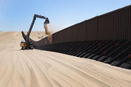 <b>Dunes, California. </b>Al este de Mexicali, frontera con el sudeste de California, comienza una zona desértica que se extiende por el sur de Arizona. Allí la arena de las dunas debe ser removida periódicamente para que no entierren la barda.