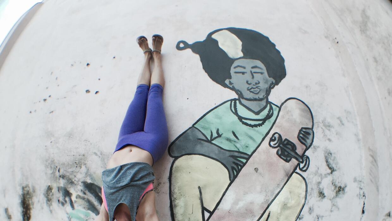 Haciendo 'yogini' en las calles de La Habana, justo al lado del mural de...