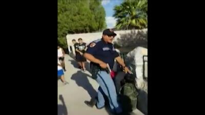 Investigan a un policía que fue grabado apuntando con su arma a menores