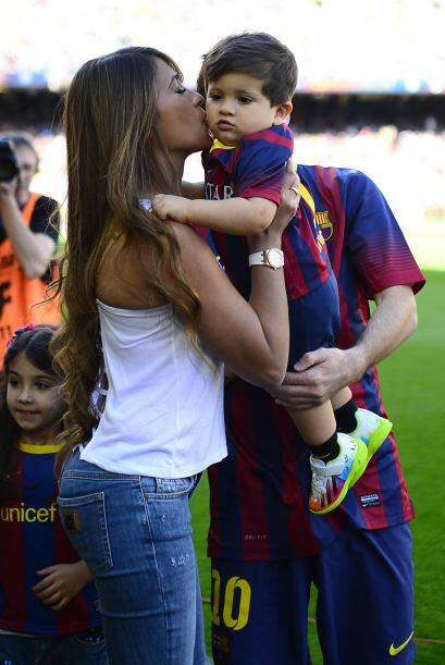 Antonella, Lionel y el pequeño Thiago… Una familia feliz.Mira aquí los v...