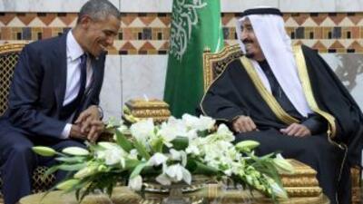 Foto del 27 de enero del 2015, donde Barack Obama conversa con el rey sa...