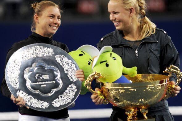 La rusa Vera Zvonareva y Caroline Wozniacki luciendo cada una su premio.