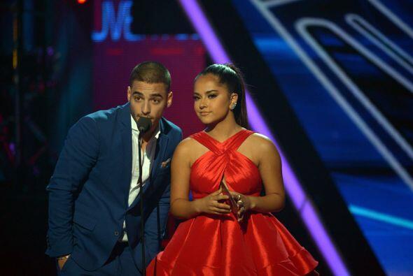 Los jóvenes más guapos de la noche, Maluma y Becky G, presentaron el pre...