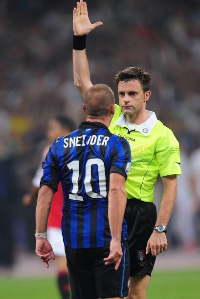 Mientras tanto el Inter no podía imponer su juego y el árbitro tuvo que...
