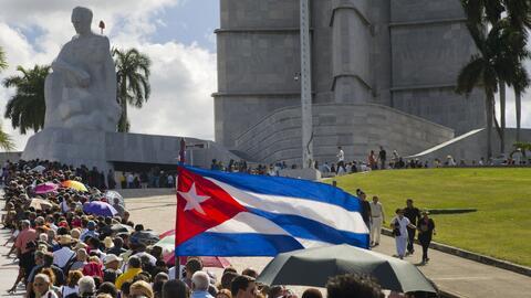 En el primer día de honores a Fidel Castro, los cubanos que esperan para...