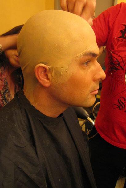 El equipo de maquillaje le colocó una calva falsa y lo maquillaron para...