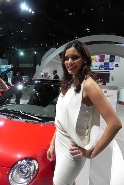 La modelo le regaló una sonrisa a la cámara en el sector de Fiat dentro...