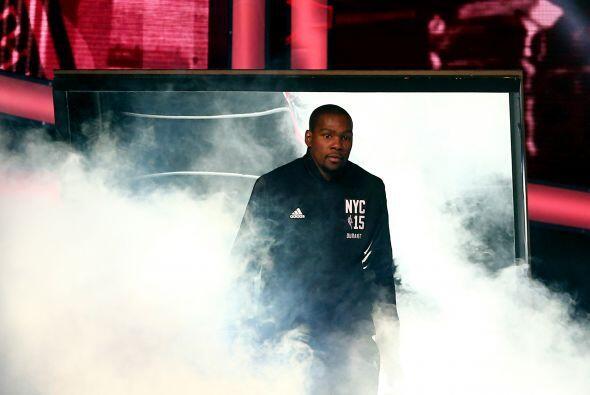 Kevin Durant es presentado en el Madison Square Garden, previo al inicio...