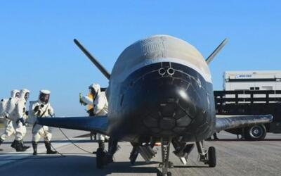Avión espacial no tripulado de la Fuerza Aérea de EEUU aterriza tras una...