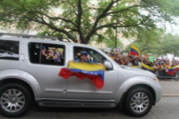 Con pancartas, rezos y cantos, cientos de venezolanos pidieron un recuen...