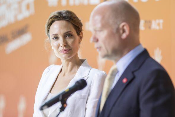 Angelina con el secretario de relaciones exteriores británico, William H...