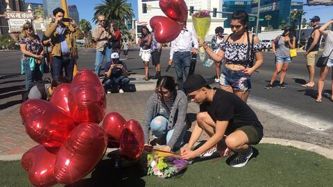 Residentes y turistas preparan altares frente al lugar donde murieron m&...