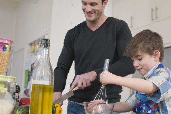 Mientras preparás el omelette puedes pedirles ayuda a tus pequeños para...