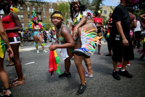 El carnaval serpentea a través de los barrios más diversos...