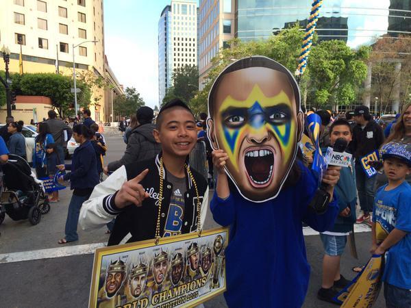 Cientos de aficionados salieron a las calles para ver a los campeones de...