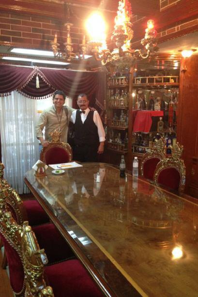 Guadalupe Mendoza es el administrador del restaurante; él bromeó y atend...