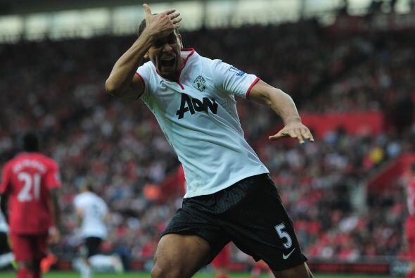 Rio Ferdinand fue quien se incorporó al frente y remató la pelota en la...