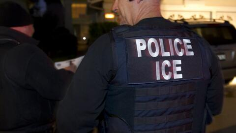 Con placas falsas de ICE estafadores le sacan dinero a indocumentados