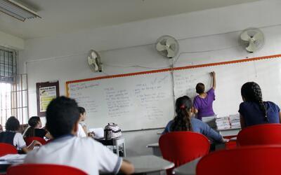 Alumnos en clase en la escuela primaria Sotero Figueroa en San Juan.