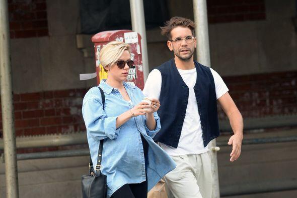 La estrella de cine muestra su adorable pancita en Manhattan mientras su...