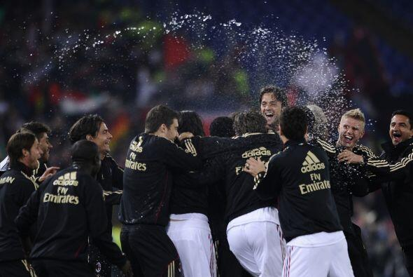 Los gritos y la champagne volaban por todo lados. Milan gritó nuevamente...