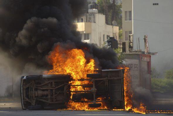 Un camión repartidor fue incendiado durante los disturbios.