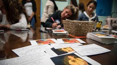 Estas tarjetas honran a mujeres inmigrantes que pasarán el Día de la Mad...