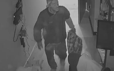 Revelan imágenes de los sujetos que asaltaron una tienda Metro PCS en El...