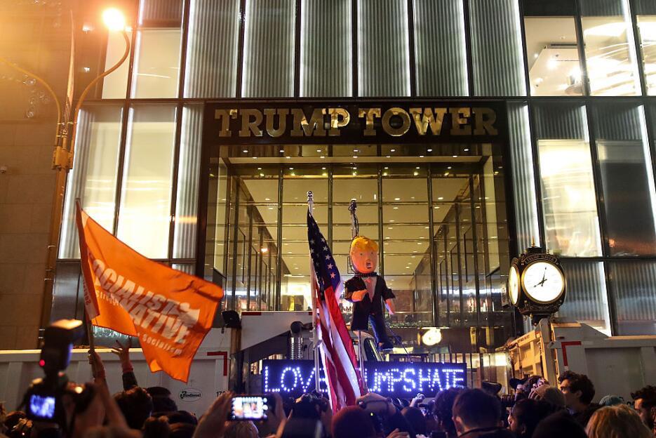 Cientos se reunieron frente a la Torre Trump, en cuya puerta colgaron un...