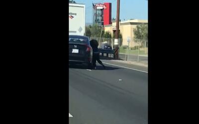 Video: Una mujer es arrastrada por una autopista en California