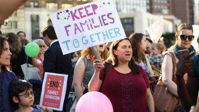 Políticos y manifestantes exigen al gobierno Trump revelar el plan de reunificación de familias inmigrantes