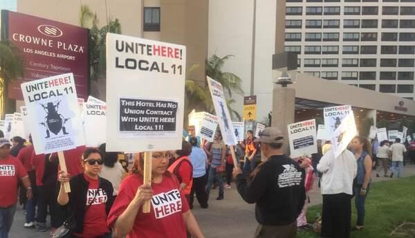 Alrededor de 300 personas se manifestaron afuera del hotel.