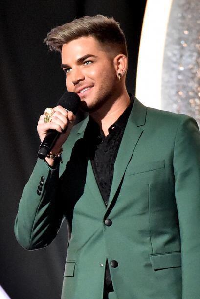 El cantante  Adam Lambert se lució en la alfombra roja.
